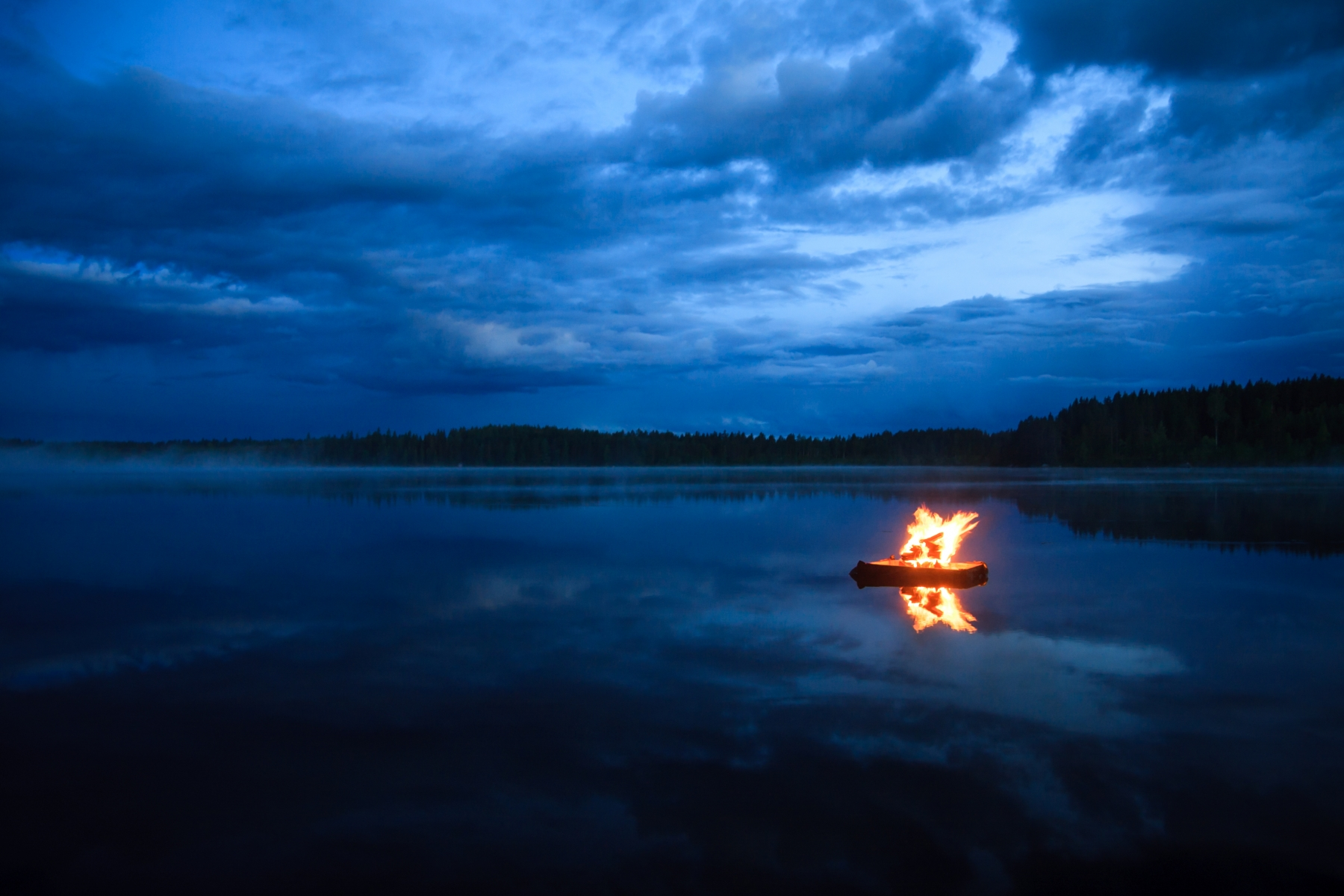 10842634-campfire-on-the-lake